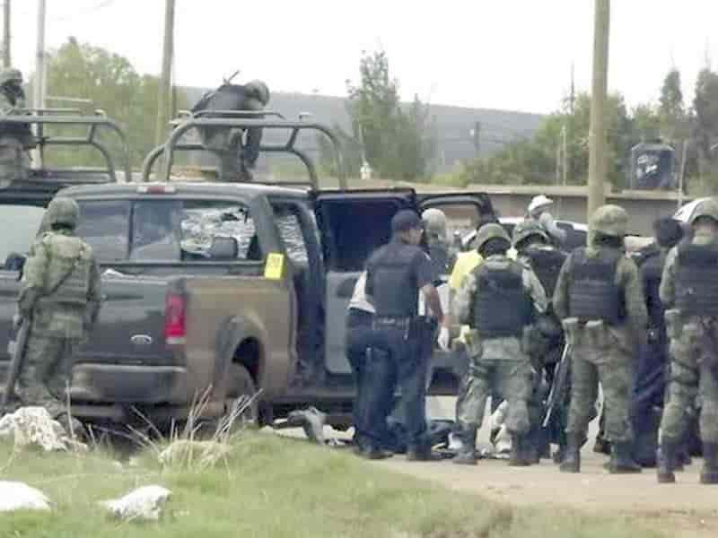 Ataca comando armado a policías y GN