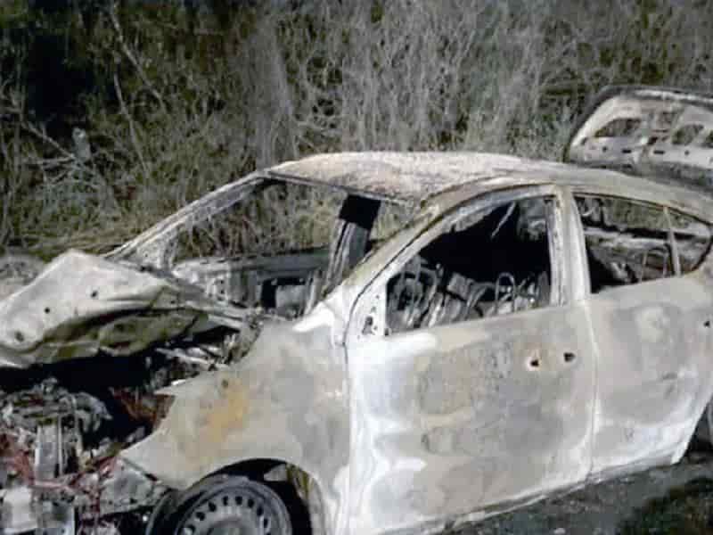 Roban e incendian automóvil