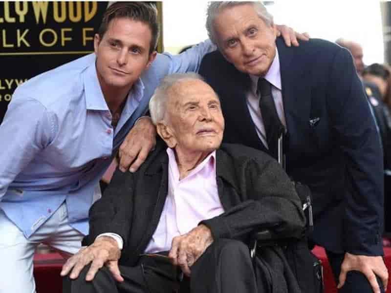 El padre de Michael Douglas falleció a los 103 años de edad