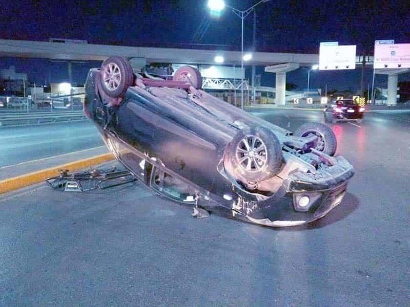 Vuelca auto por exceso de velocidad