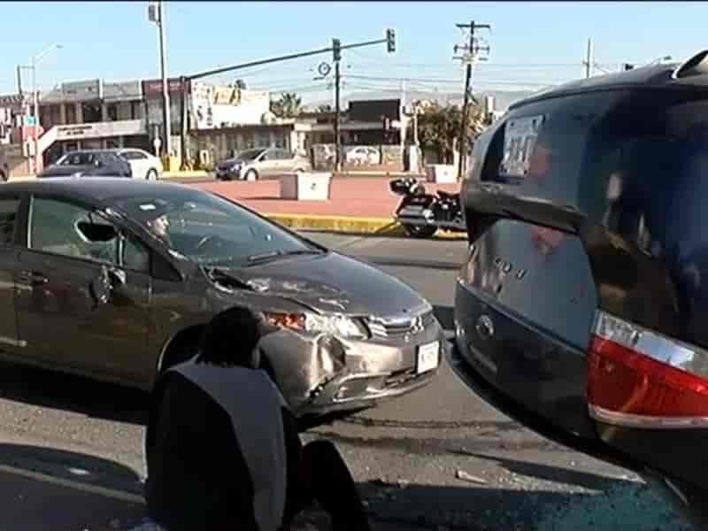 Choque deja auto volcado en Leones