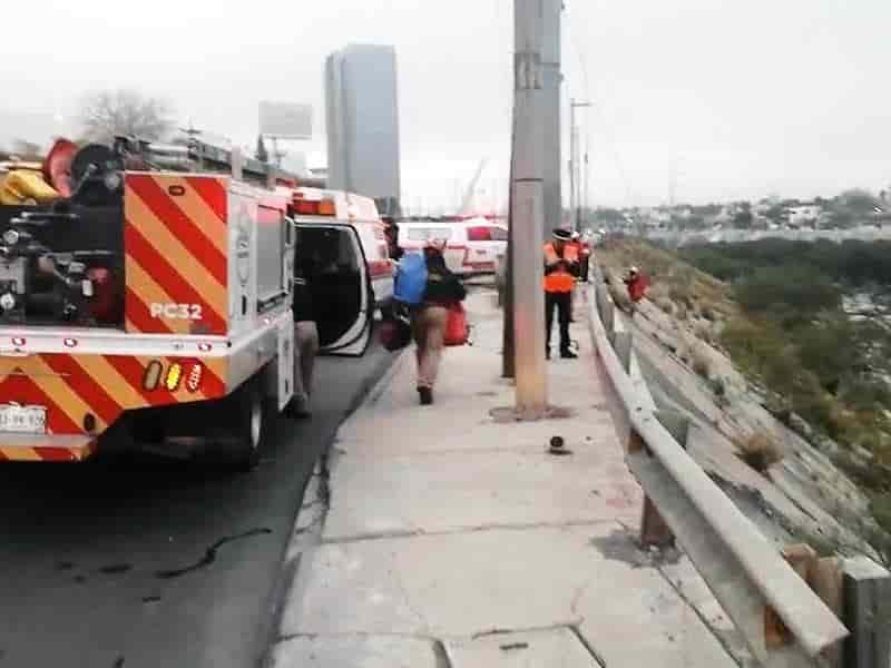 Cae camioneta al río, hay 3 lesionados