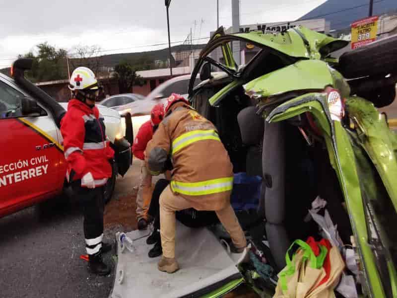 La conductora de un vehículo quedó atrapada en su unidad en un choque volcadura.