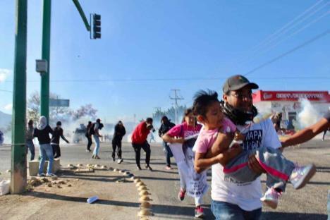 Desalojan con gases a normalistas y familiares de los 43