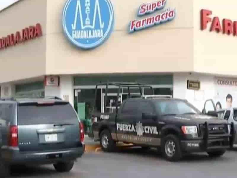 Hombres armados asaltan farmacia