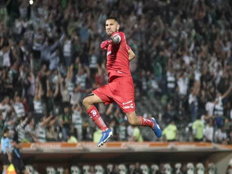 Orozco festejando la anotación de su equipo.