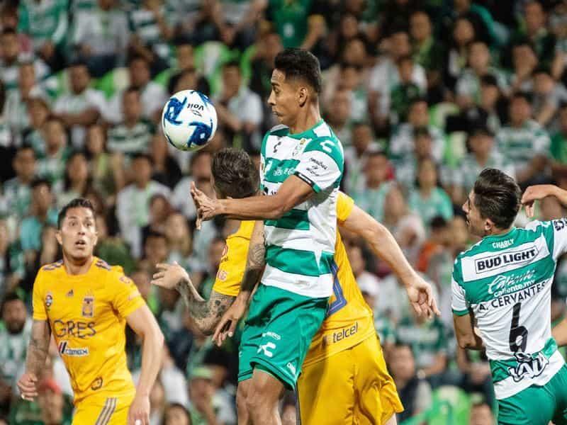 Hugo Rodríguez en la lucha por la bola.