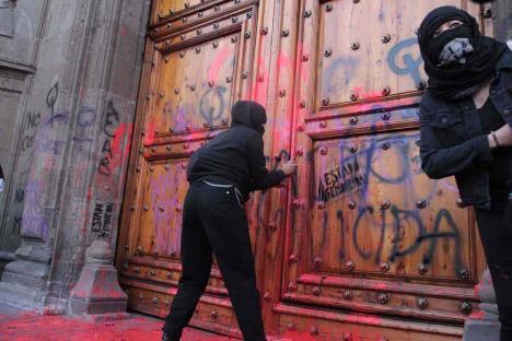 Pide AMLO a feministas que no pinten las puertas y paredes