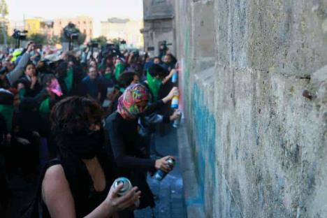 Feministas protestan con pintas en Palacio Nacional