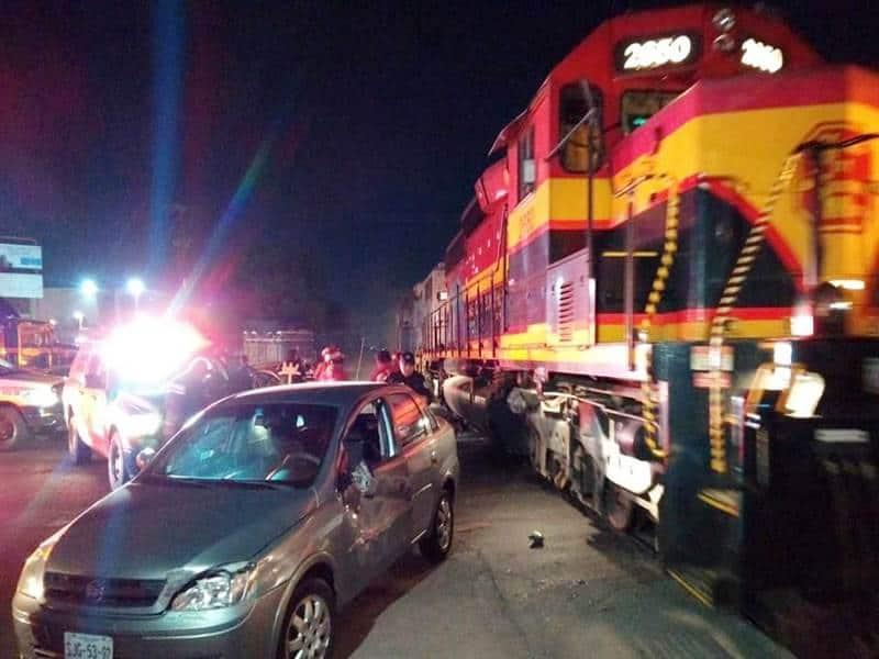 Los vehículos fueron impactados por el tren cuando este dio marcha atrás.