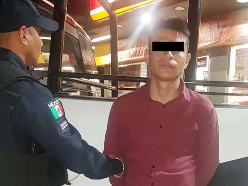 El detenido portana un arma de fuego