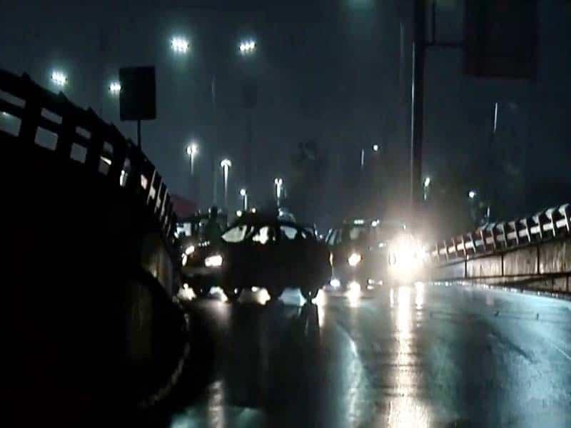 El camión de personal derrapó hastq bloquear la avenida