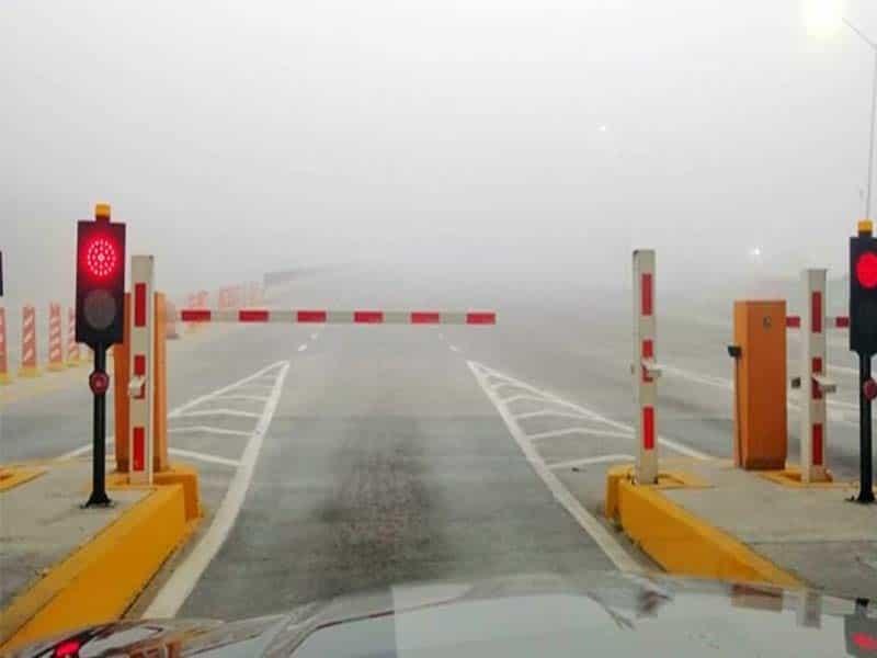 La autopista tuvo que ser cerrada a causa de la niebla