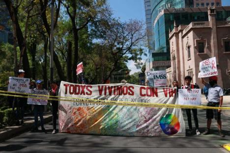 Pacientes con VIH del IMSS cierran Reforma