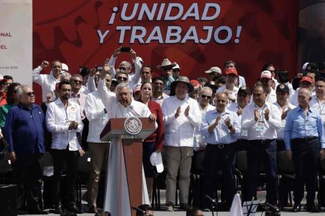 AMLO asegura ante la CTM que se atenderá las pensiones