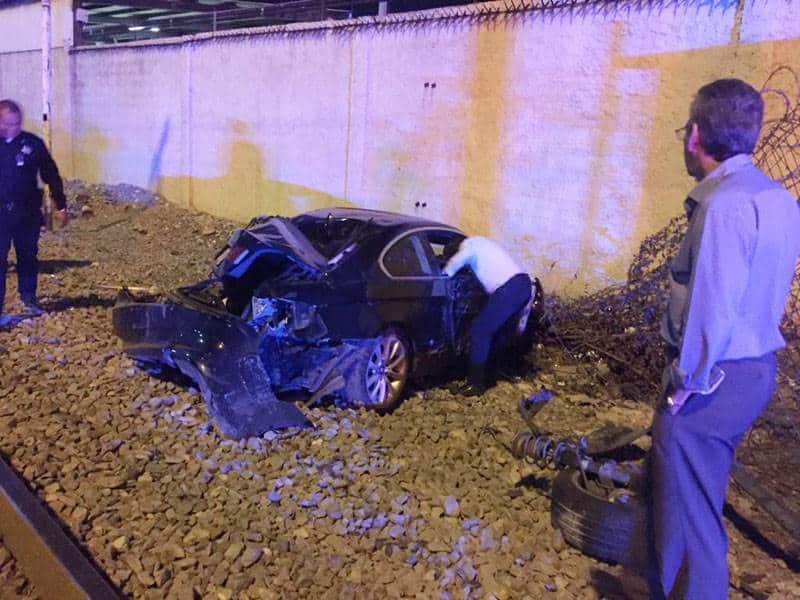 El tren envistió el coche y la pareja se salvó de morir