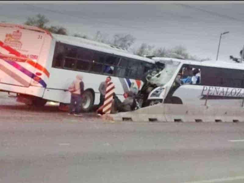 Los camiones de transporte de personal se estrellaron de frente