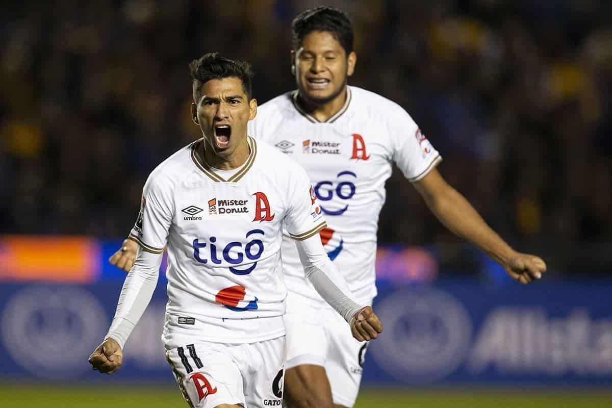 Jugadores del Alianza celebrando un gol