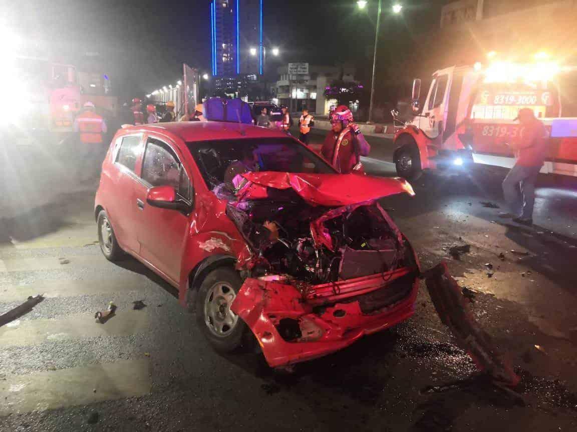 El conductor del auto rojo terminó con diversas lesiones