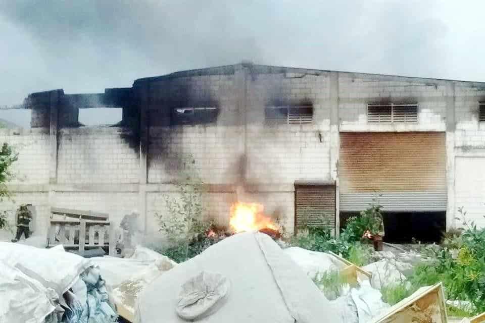 El incendio se extendió a la empresa vecina