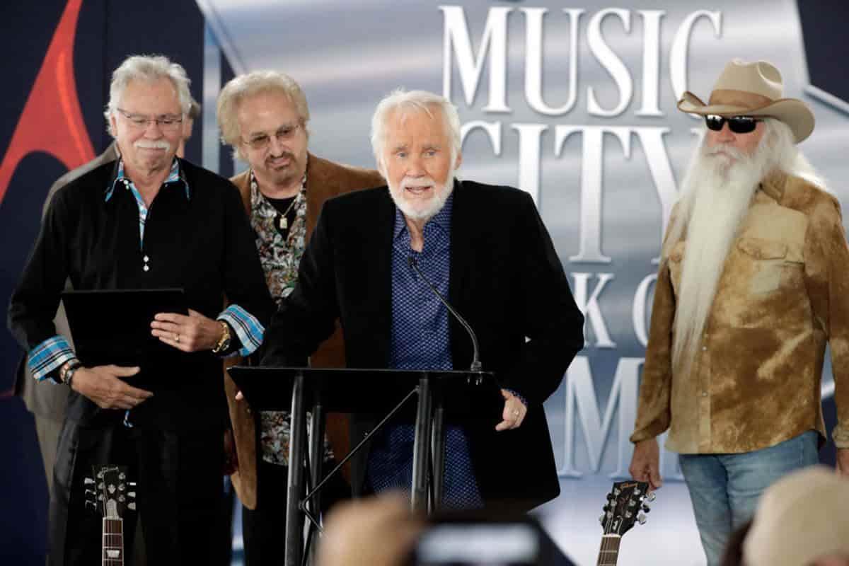 Kenny Rogers habla durante una ceremonia para la presentación de su estrella en el Music City Walk of Fame el martes 24 de octubre de 2017 en Nashville, Tennessee.