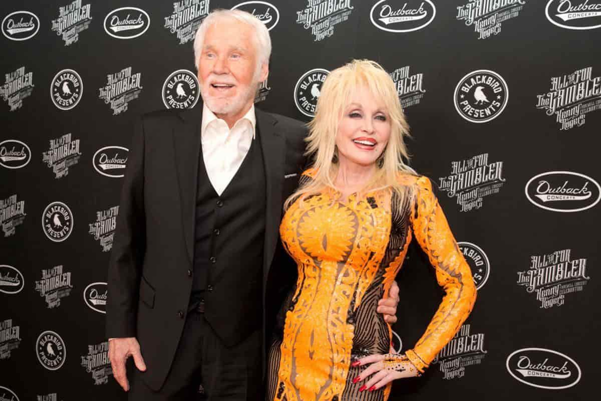 Kenny Rogers, izquierda, y Dolly Parton caminan por la alfombra roja de All In For The Gambler: Kenny Rogers Farewell Concert Celebration en el Bridgestone Arena el miércoles 25 de octubre de 2017 en Nashville