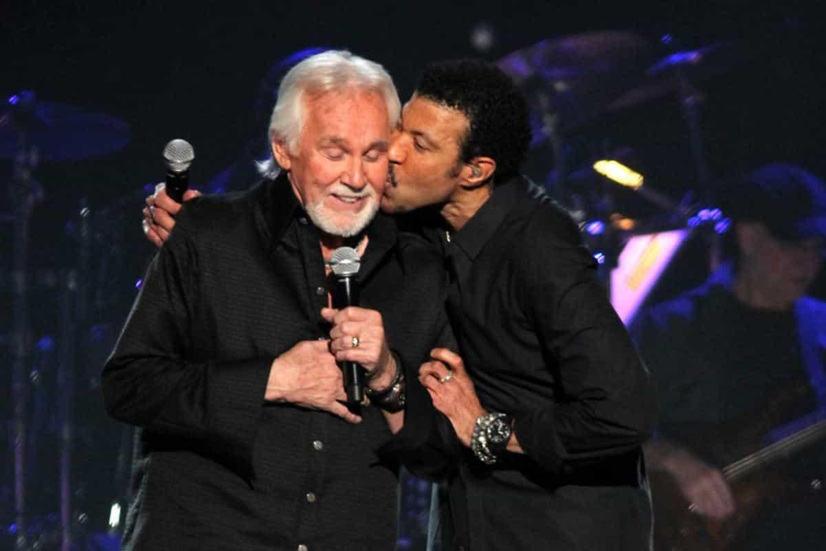 Kenny Rogers, a la izquierda, y Lionel Richie interpretan Lady en ACM Presents: Lionel Richie and Friends in Concert el lunes 2 de abril de 2012 en Las Vegas.