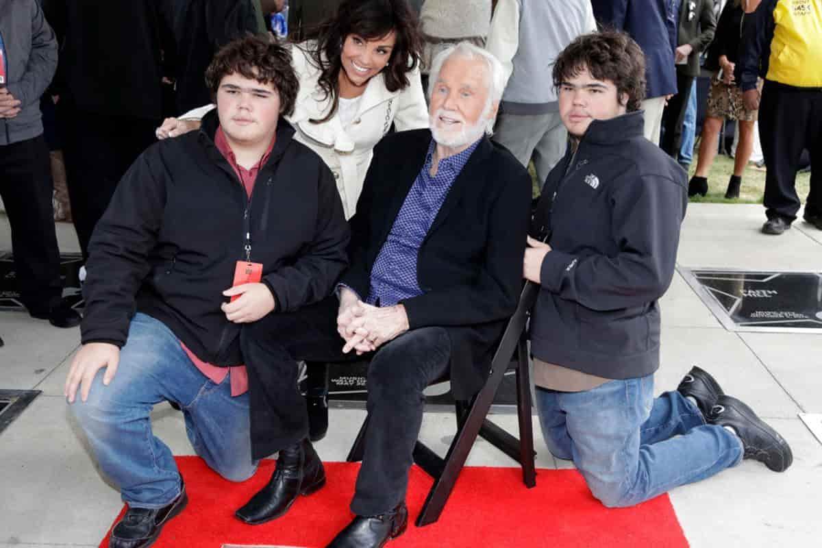 Kenny Rogers posa con su esposa, Wanda Miller, y sus hijos Justin, izquierda y Jordan, derecha, ambos de 13 años, en el Music City Walk of Fame el martes 24 de octubre de 2017 en Nashville, Tennessee.