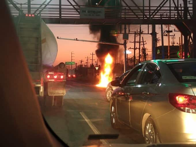 El combustible ardió al contacto con la fricción de los automóviles