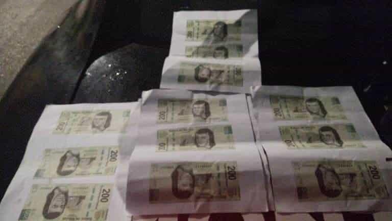 EL detenido traía una impresora con 11 hojas de máquina donde venían impresos billetes de 200 pesos falsos, además de un envoltorio de cocaína