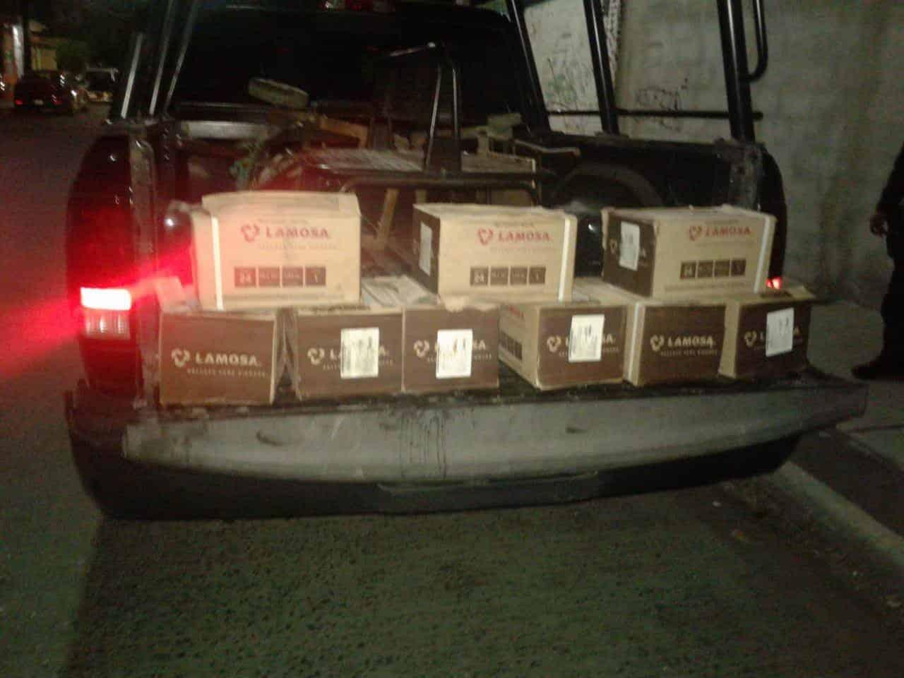 Tres jóvenes que robaban cajas de piso de un plantel educativo, fueron detenidos