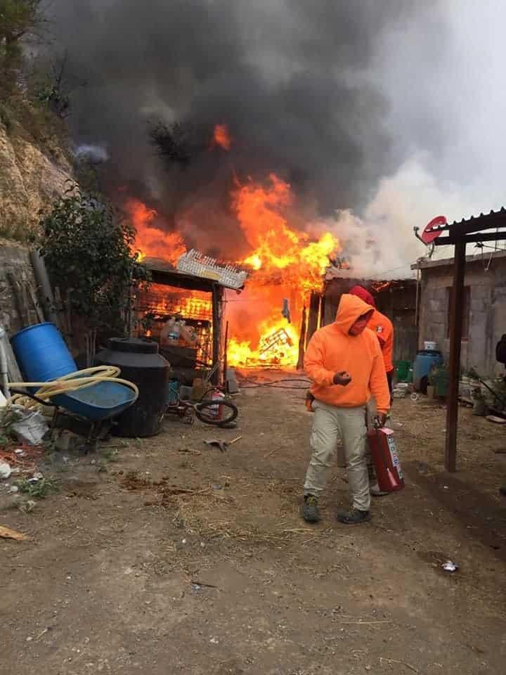Rescataron a un hombre que terminó atrapado en su domicilio que se incendió