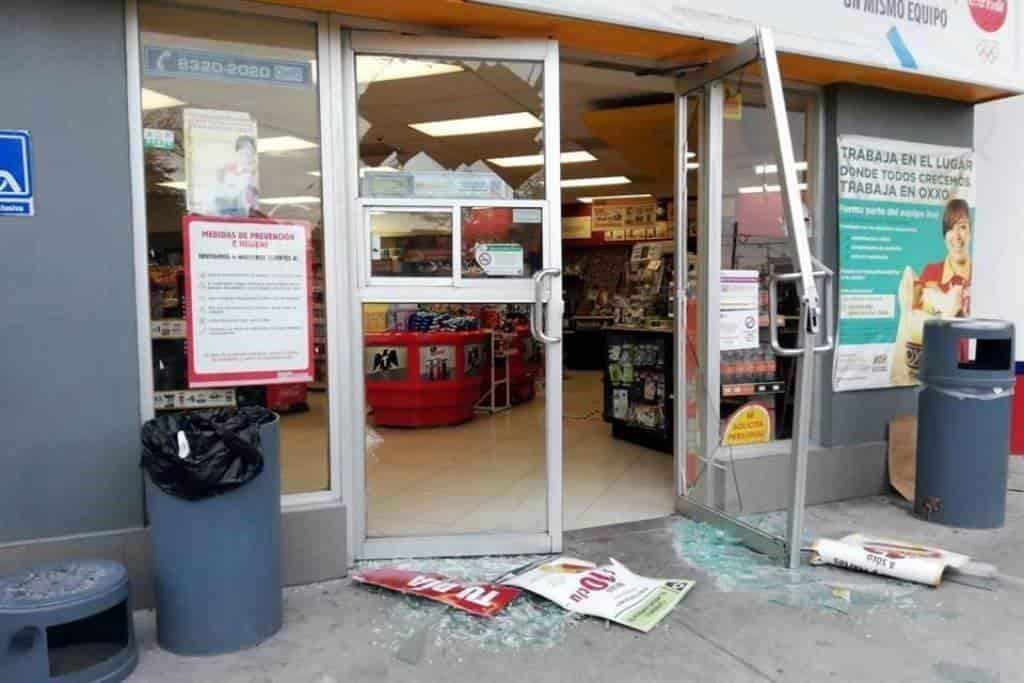El delincuente destrozó la puerta de acceso para entrar a robar