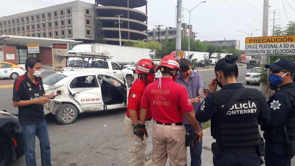 Con diversas lesiones resultó el conductor de un auto y su hijo, luego de intentar ganarle el paso al tren