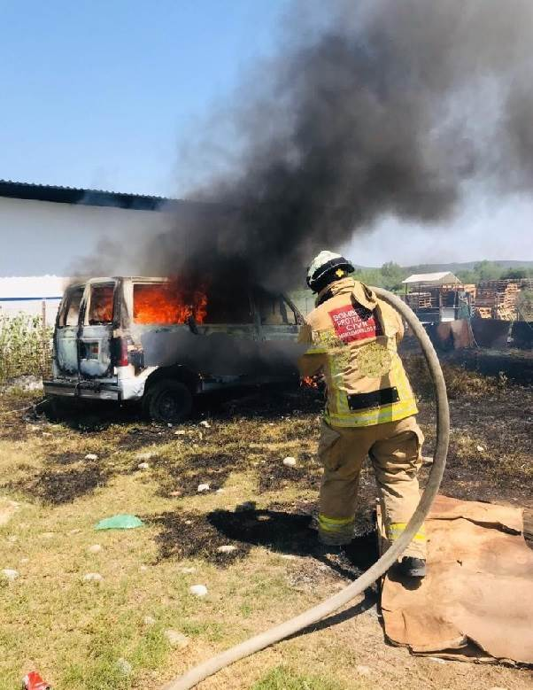 La camioneta terminó totalmente destruida, después de incendiarse repentinamente