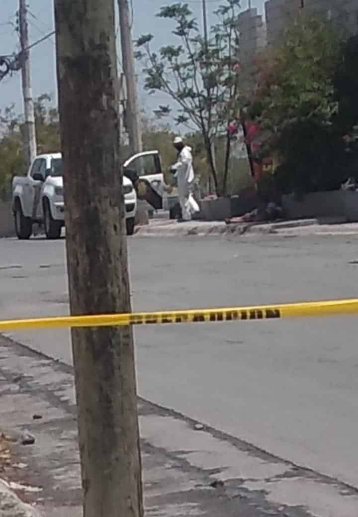 Hombres con cubrebocas ejecutaron a una persona desde el auto en que viajaban