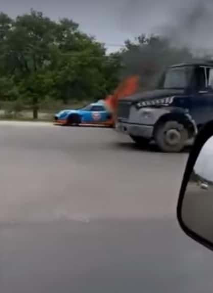 Se salvó de morir después de incendiarse su automóvil deportivo
