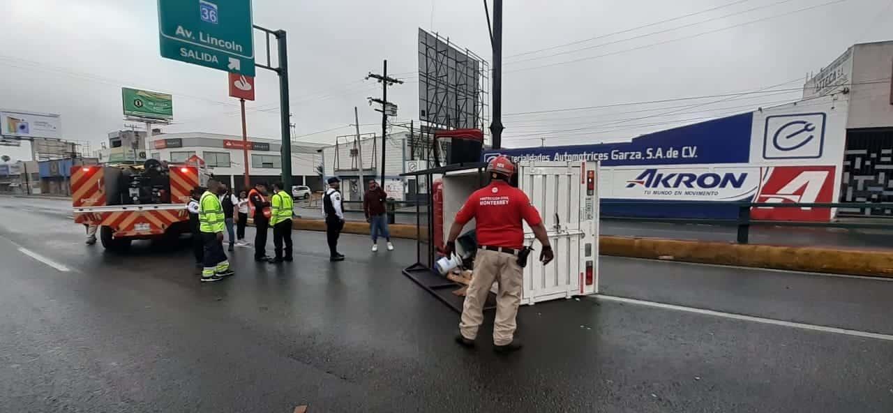 Derrapó y volcó su camioneta debido al pavimento mojado