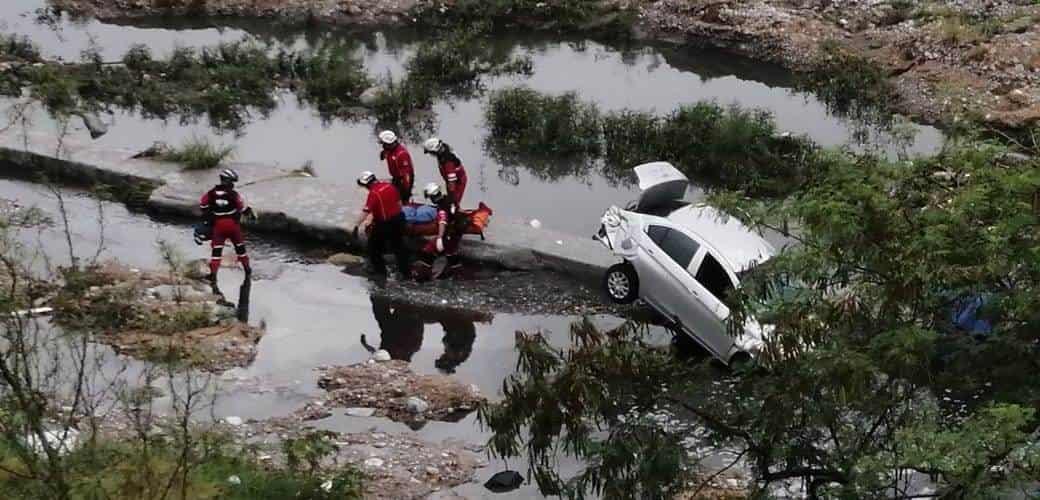 La conductora resultó lesionada al caer con todo y su vehículo al lecho del Río Santa Catarina