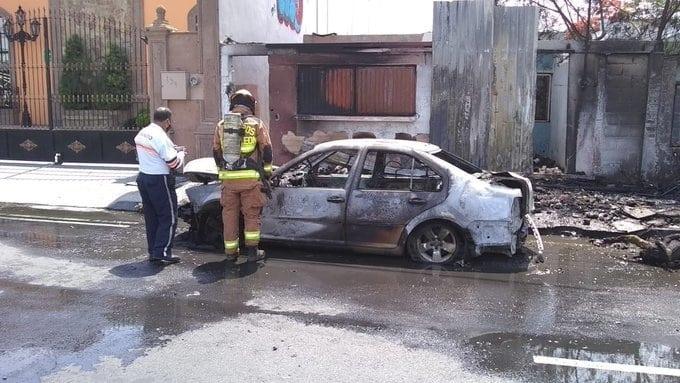 Los automóviles terminaron destruidos por el fuego, después de incendiarse