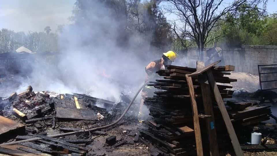 Se reportó un incendio de una empresa tarimera