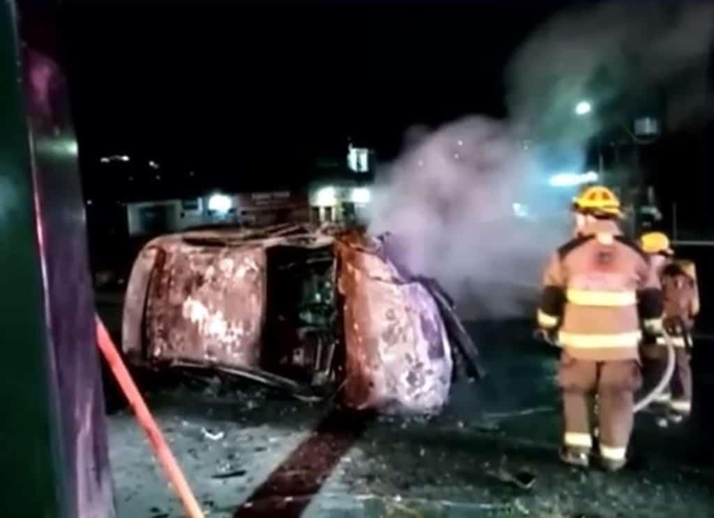 La conductora se salvó de morir calcinada al estrellar su vehículo contra una estructura, que ocasionó que terminara incendiándose