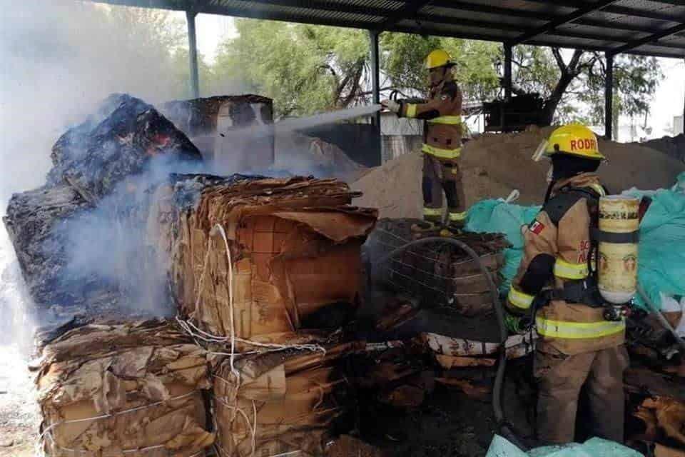 El incendio se registró en una empresa recicladora de cartón y plástico