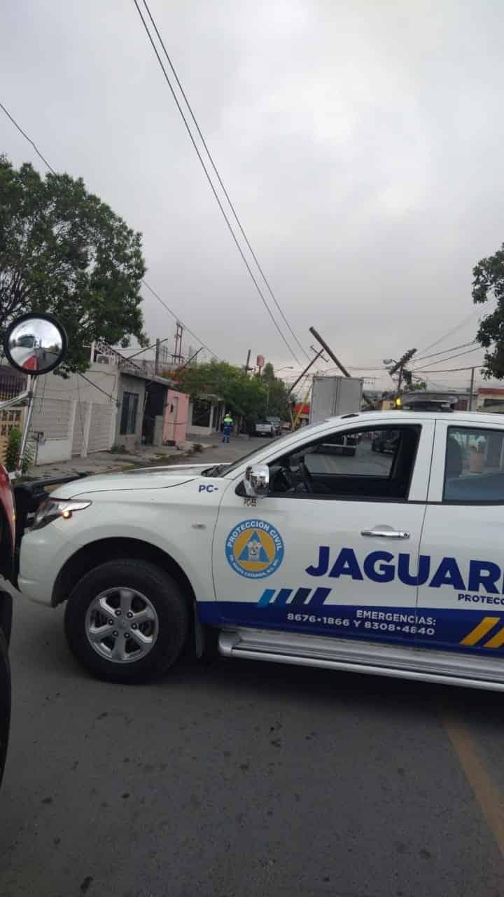 El saldo fueron tres autos dañados, cinco casas con afectaciones eléctricas, y cinco postes derribados