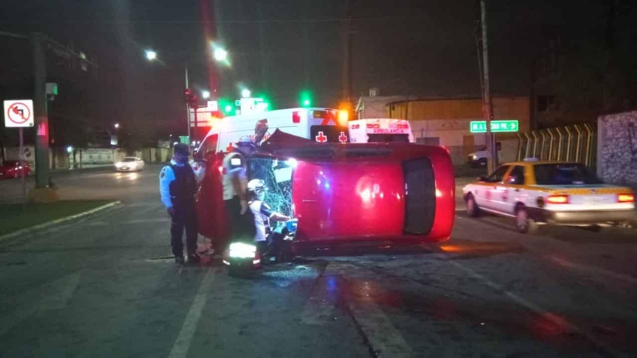 El conductor quedó atrapado luego de volcar su auto