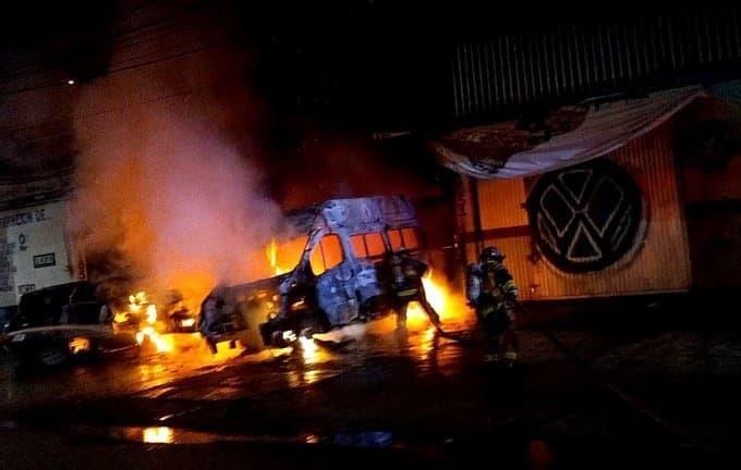 El icendio dejó un saldo de tres vehículos destruidos y daños materiales de consideración