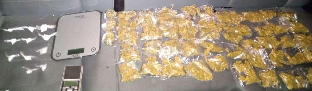 Traían 53 envoltorios con marihuana y 11 dosis de cocaína