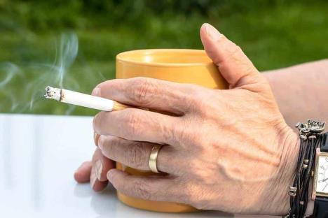 Crece tabaquismo británico por coronavirus
