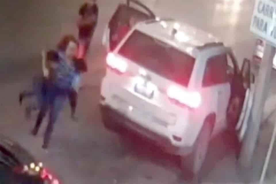 La AEI busca a dos delincuentes que robaron una camioneta a una familia