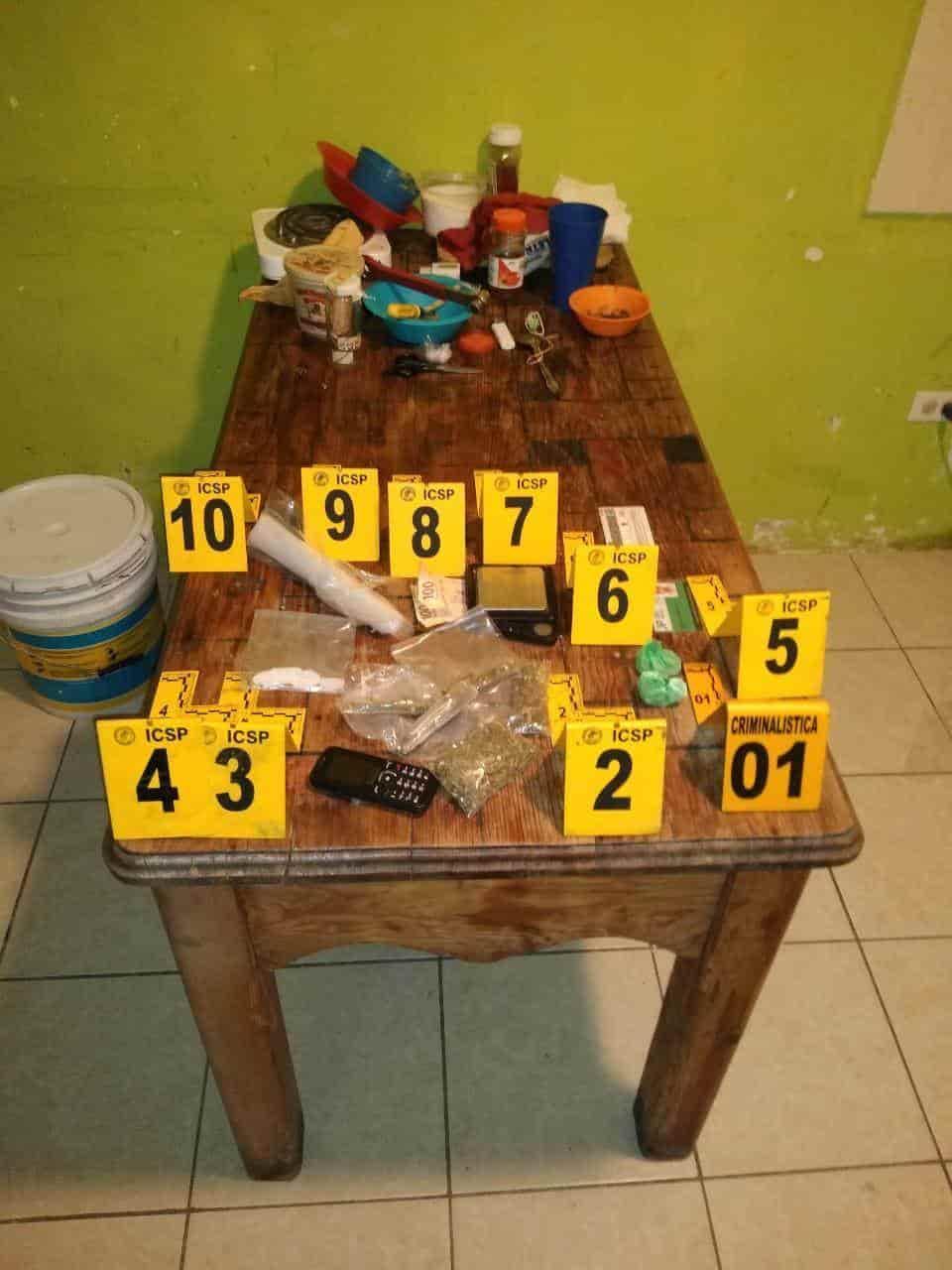 En el cateo arrestaron a dos hombres, además de asegurar droga y dinero en efectivo